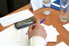 Hand und pda auf Tabelle Lizenzfreies Stockbild