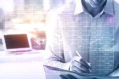 Hand und Rechner getrennt über weißem Hintergrund lizenzfreies stockfoto