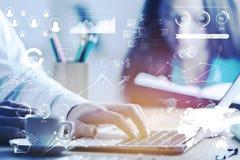Hand und Rechner getrennt über weißem Hintergrund Lizenzfreie Stockfotografie