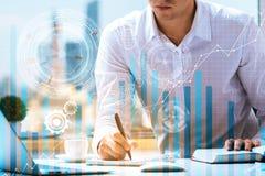 Hand und Rechner getrennt über weißem Hintergrund Stockbild