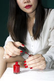 Hand und roter Lack der Frau Stockfotos