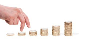 Hand und Spalten der Euromünzen Stockbild