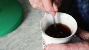 Hand und Tasse Tee stock footage