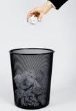 Hand und trashcan Stockfoto