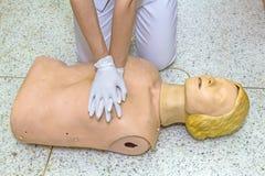 Hand und weiße medizinische Handschuhe von Doktordemonstration resuscitat lizenzfreie stockfotografie
