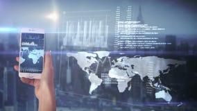 Hand unter Verwendung der apps auf Smartphone stock footage