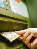 Hand unter Verwendung der ATM-Tastatur Lizenzfreies Stockbild