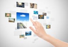 Hand unter Verwendung der Screen-Schnittstelle mit Abbildungen Lizenzfreie Stockfotografie