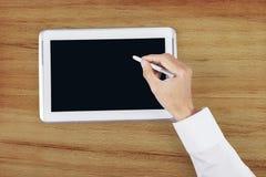 Hand unter Verwendung des Griffelstiftes auf digitaler Tablette Stockfotos