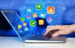 Hand unter Verwendung des Laptops mit dem Aufprallen von Anwendungsdiagrammen und von Berichtskonzept Lizenzfreie Stockbilder