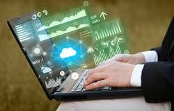 Hand unter Verwendung des Laptops mit ladenden Berichten und Diagrammkonzept Lizenzfreies Stockfoto