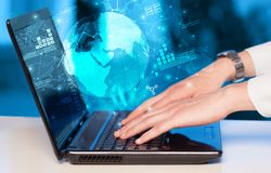 Hand unter Verwendung des Laptops mit weltweitem Berichtslink- und -statistikkonzept Stockfotografie