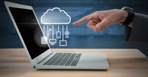 Hand unter Verwendung des Laptops mit Wolkenikone und hängenden Verbindungsgeräten Stockfotografie