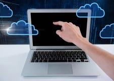 Hand unter Verwendung des Laptops mit Wolkenikonen und Technologiehintergrund Lizenzfreie Stockfotos