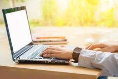 Hand unter Verwendung des Laptops am Morgen Stockbilder
