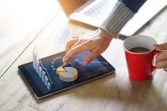 Hand unter Verwendung des Laptops und der Tablette von Technologie e-comerce lizenzfreies stockfoto
