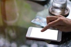 Hand unter Verwendung des Smartphone für online kaufen lizenzfreie stockbilder