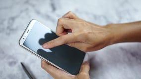 Hand unter Verwendung des Smartphone und des klopfenden leeren Bildschirms stock video footage