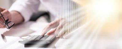 Hand unter Verwendung des Taschenrechners, Bilanzauffassung; Mehrfachbelichtung lizenzfreies stockbild