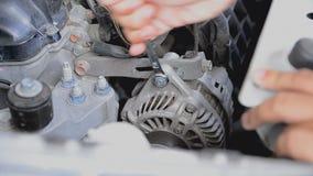 Hand unter Verwendung eines Schlüssels, zum der Nuss des Autos festzuziehen stock video footage