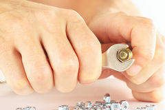 Hand van arbeider met een moersleutel om de nootclose-up aan te halen Royalty-vrije Stock Foto