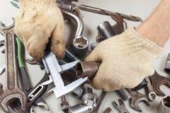 Hand van arbeidersmaatregel het deel met beugel in de workshop royalty-vrije stock fotografie