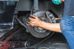 Hand van Auto Mechanisch Fixing Disc Brakes, Autoonderhoud in stock foto's