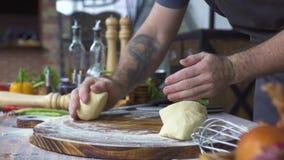 Hand van bakker het kneden deeg voor pizzavoorbereiding Chef-kokkok die deeg voor bakselcake maken op houten lijst proces stock footage