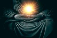Hand van Boedha met licht van wijsheid en macht stock foto