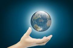 Hand van de aardebol van de bedrijfsmensengreep Stock Afbeeldingen