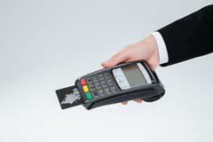 Hand van de bankterminal van de zakenmanholding met creditcard Stock Foto's