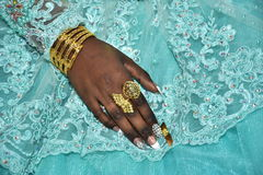 Hand van de bruid met gouden ringen op een lichtblauwe kleding Hina, Israël 2016 Royalty-vrije Stock Fotografie