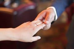 Hand van de bruidegom en de bruid Stock Afbeelding