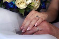 Hand van de bruidegom en de bruid stock foto