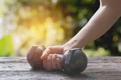 Hand van de domoor van de persoonsholding voor oefening en gezond Royalty-vrije Stock Afbeelding