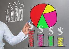 Hand van de grafiek van de zakenmantekening een hoogste punt het groeien grafiek t Royalty-vrije Stock Foto