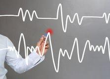 Hand van de grafiek van de zakenmantekening een hoogste punt het groeien grafiek t Stock Foto