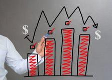 Hand van de grafiek van de zakenmantekening een hoogste punt het groeien grafiek t Royalty-vrije Stock Afbeelding