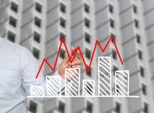 Hand van de grafiek van de zakenmantekening in het kweken van grafiek aan concept Royalty-vrije Stock Afbeelding