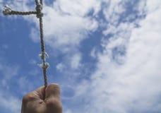 Hand van de mens die op de kabel het houden ` s bijna afwezig onder stock afbeeldingen