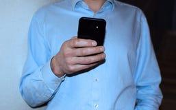 Hand van de mens die smartphone gebruiken royalty-vrije stock afbeelding