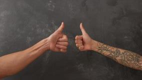 Hand van de mens en vrouwelijke hand met tatoegering Stock Afbeelding