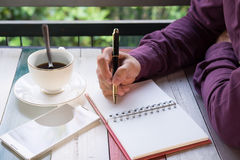 Hand van de pen die van de bedrijfsmensenholding op notitieboekjedocument schrijven Fron Royalty-vrije Stock Afbeeldingen