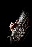 Hand van de persoon die de tuba spelen royalty-vrije stock foto