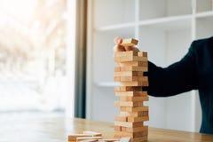 Hand van de stapelsspel van zakenman speelhoutsneden met de planning van strategie van projectleiding royalty-vrije stock foto's