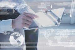 Hand van de tablet van het mensengebruik met technologie digitale laag Royalty-vrije Stock Foto