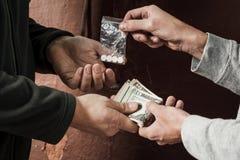 Hand van de verslaafdenmens met geld het kopen dosis cocaïne of heldin royalty-vrije stock foto's