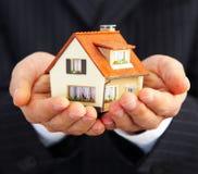 Hand van de zakenman met het huis Stock Foto's