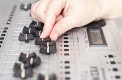 Hand van DJ op mixer Royalty-vrije Stock Afbeeldingen