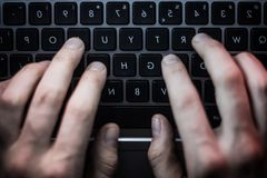 Hand van donkere netto Russische hakker die de server in het donkere Web, Diep Web binnendringen in een beveiligd computersysteem Royalty-vrije Stock Foto's